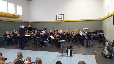 Foto zu Meldung: Mitteilung der Grundschule Groß Machnow - Landespolizeiorchester des Landes Brandenburg zu Gast in der Schule