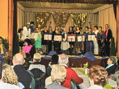 """Ausverkaufter Saal bei der Frauentagsveranstaltung der Gemeinde Göhlen mit dem Chor der Musikschule """"The Kiss of Pop"""