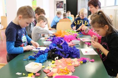Foto zur Meldung: Mitmachprojekte - Calauer Schulanfänger im Rausch der Farben