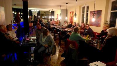 In der Weingartner Kultur Bar Impuls begeistern Autoren das Publikum. Foto: Wolfgang Mach