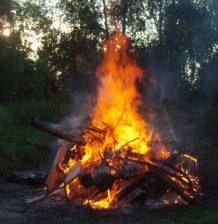Holzfeuer im Freien