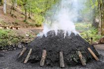 Foto zu Meldung: Kohlenmeiler wird wieder in Glut gesetzt