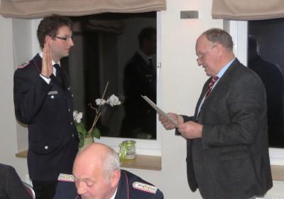 Bürgermeister Claus Hell (rechts) vereidigt Lasse Krüger