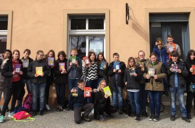 Foto zu Meldung: Die 7/1 der Theodor-Fontane-Oberschule liest in der Ketziner Stadtbibliothek