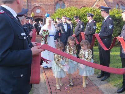 Mit einem Spalier wurde das frisch vermählte Brautpaar vor der Kirche empfangen  (Foto: Jessica Hell)
