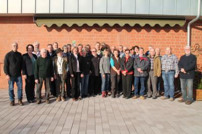 Die bunt gemischte Gruppe der Naturparkführer erhält von der Ersten Kreisbeigeordneten Susanne Simmler (zweite von links) und Geschäftsführer Fritz Dänner (dritter von links) ihre Plaketten für die neue Saison.