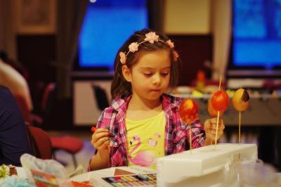Ostereimalerei im Cafe International