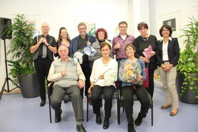 Sechs Autoren der literarischen Vereinigung Signatur haben in der Bodenseebibliothek gelesen. Begleitet wurden sie musikalisch von JamDoo. Von links, stehend:W.D. Beck und Kerstin Hesse und (JamDoo), Hajo Fickus, Roswitha Stumpp, Rolf Maier und Ingrid Koc