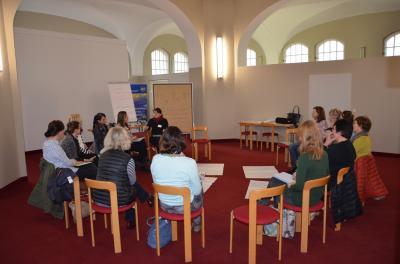 """In den World-Cafés setzten sich Akteure aus verschiedenen Bereichen der """"Frühen Hilfen"""" mit Fallbeispielen auseinander. Foto: Landkreis OSL"""