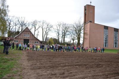 Vorschaubild zur Meldung: Kartoffel pflanzen Grundschule Geeste