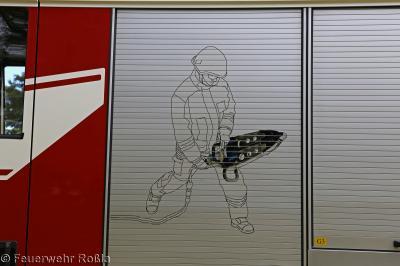 Foto zur Meldung: Technische Hilfeleistung - PKW auf Bahnstrecke