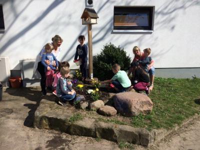 Vorschaubild zur Meldung: Fleißige Gärtner im Einsatz in der Kindertagesstätte