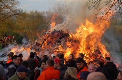 Wieder viel los beim Osterfeuer 2017 in Bühren