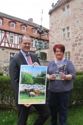 Landrat Stefan G. Reuß präsentiert gemeinsam mit Sylvia Weinert (Kultur Werra-Meißner) die Kultursommer-Broschüre.