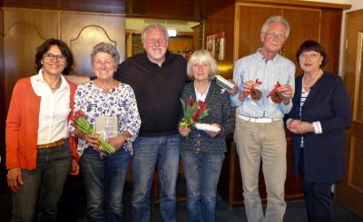 Ehrungen bei der Hauptversammlung: Die erste Vorsitzende Angelika Banzhaf (links) und die zweite Vorsitzende Ingrid Koch (rechts) danken den Gründungsmitgliedern (von links) Barbara Krämer-Kubas, Peter und Gisela Schlossarek und Manfred Hagel.