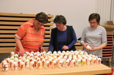 Vorschaubild zur Meldung: Osterkerzen gebastelt