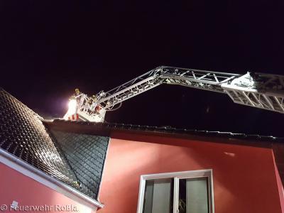 Drehleiter am Dach eines Hauses
