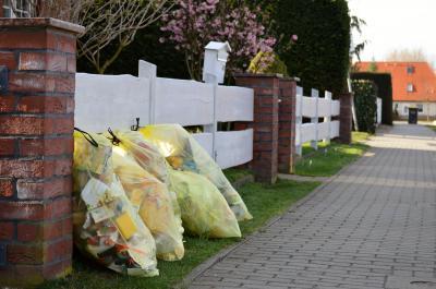 Gelbe Säcke machen sich bei Sturm gerne selbstständig – daher bitte festbinden!