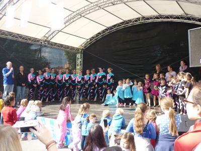 Auftritt der Spicys auf der Bühne des Kinder- und Jugendfestes