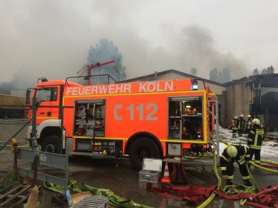 Foto zu Meldung: Großbrand im Kölner Norden fordert einen verletzten Feuerwehrmann