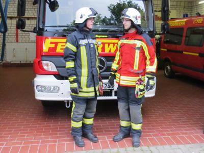 """Künftig trägt die Feuerwehr Seester im Einsatz das Modell """"Swissguard"""" der Firma S-Gard (rechts)"""