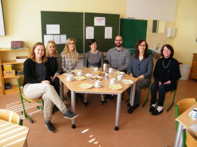 Das Bild zeigt von rechts die Schulleiterin Frau Annelies Rogler-Unglaub, die Seminarleiterin Frau Diana Erhardt sowie Lehrer der Sigmund-Wann-Realschule Wunsiedel.