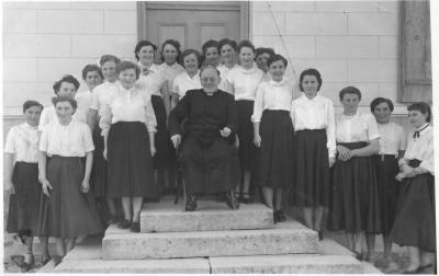 Pfarrer Pflüger und Mädchengruppe