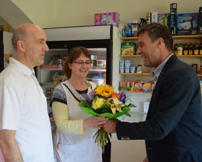 Blumen für die Chefin: Bürgermeister Prietzel gratuliert zum Jubiläum