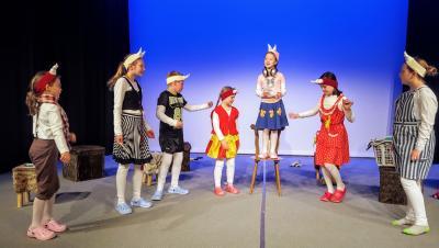 Vorschaubild zur Meldung: Grazilis Lied zum Muttertag – Schauspielschüler des Holzhaustheaters proben für neue Märchenkomödie