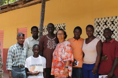 Die Leitung und Lehrer der Escola Sabunhima, die Mitglieder des Vereins AD, ein Elternteil und ich (2.von rechts) vor dem Schulgebäude