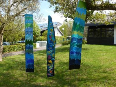 von Schülern gestaltete Kunstobjekte am Trimmbach