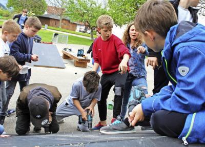 Dass sie selbst Hand anlegen durften beim Aufbau der Ramps, machte den Jugendlichen großen Spaß. Foto: Krieger