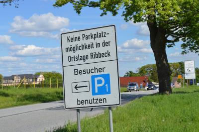 Der Parkplatz 1 nahe dem Schloss wird ab Mittoch zum zentralen Parkplatz in Ribbeck.