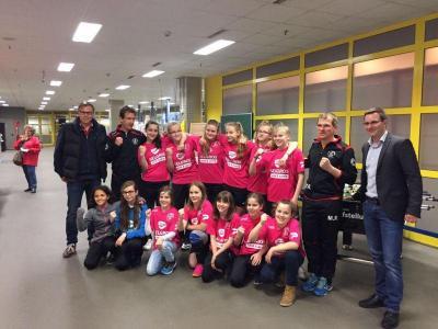 Foto zur Meldung: Selgros Falkensee spendet neue Trikots für Mädels der FSG