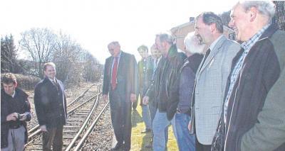 Lang, lang ist es her: Kurt Schmidt (3. von links), damaliger Landrat des Rhein-Lahn-Kreises, bei einem Treffen mit Manfred Nickel (rechts) und Vertretern des Arbeitskreises Aartalbahn und der VG Hahnstätten am Bahnhof in Zollhaus. In diesem Jahr besteht