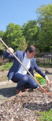 Bürgermeister Fischer im Kräutergarten - mit gutem Beispiel voran