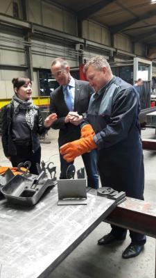 Bürgermeisters Slawomir Dudzis legt bei der Firma Heckmann selbst Hand an.