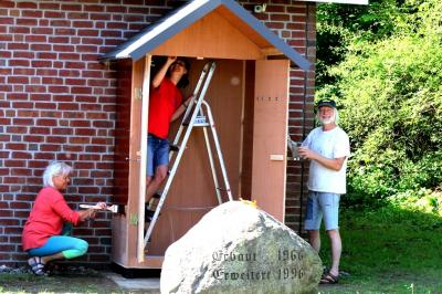 Foto zur Meldung: Büchertausch bald möglich – Hütte steht, Farbe trocknet