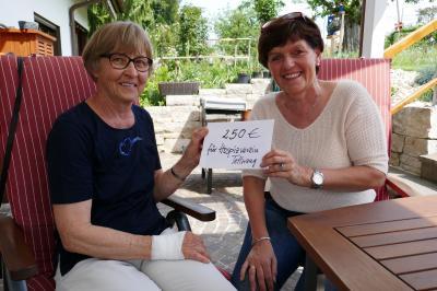 Mit Freude und Dankbarkeit nimmt Dr. Irmgard Schickel vom Hospizverein (links) die Spende aus den Händen von Zita Fässler, der Initiatorin des Verkaufs von Agatha-Broten und Osterkerzen in der Kirchengemeinde Tannau, entgegen. Foto gp