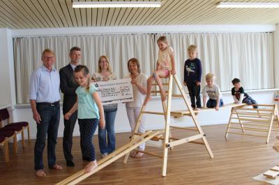 Foto zur Meldung: Nospa spendet 3000 Euro für Holzspielgeräte