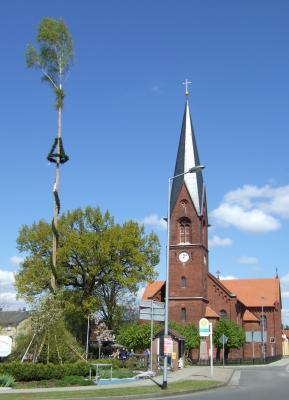 Vorschaubild zur Meldung: Ein Maibaum, fast so hoch wie die Kirche...