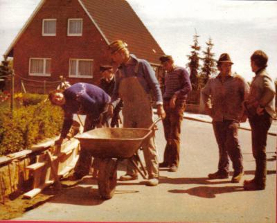 Foto zu Meldung: Heute vor 40 Jahren: Gehweg Marke Eigenbau