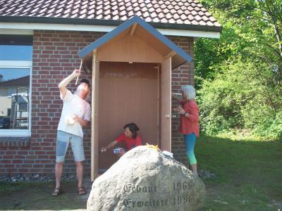 Foto zur Meldung: Bücher zurechtlegen – Einweihung der Tauschhütte während des Vogelschießens