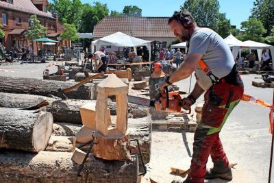Jan Matthiesen aus Aschberg in Schleswig-Holstein sägte mit seiner Motorsäge einen Windlichthalter aus einem Stück Holz