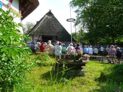Foto zu Meldung: Frühlingssingen auf dem Denkmalhof: mit offener Kirche und Krammarkt.