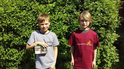 Aaron und Finn mit ihren Preisen