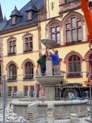 Der Marktbrunnen wird aufgebaut