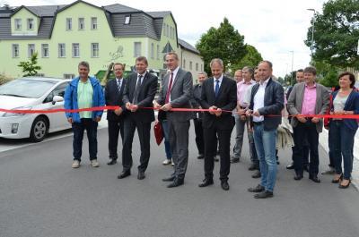 Foto zu Meldung: Landrat und Bürgermeister geben Calauer Straße in Senftenberg offiziell für den Verkehr frei