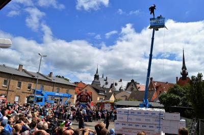 Darauf haben alle gewartet: Der Sprung von Stuntman Tilo Hase aus Falkensee in das Sprungkissen aus Pappkartons aus knapp 20 Metern Höhe.