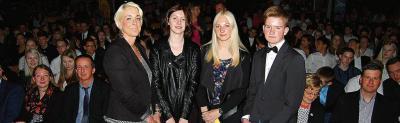 Konrektorin Alexandra Stolle (v.l.) ehrte die Jahrgangsbesten: Casandra Lohmann, Verena Nipper und Fabian Wienken. Im Forum der Oberschule wurde gefeiert.